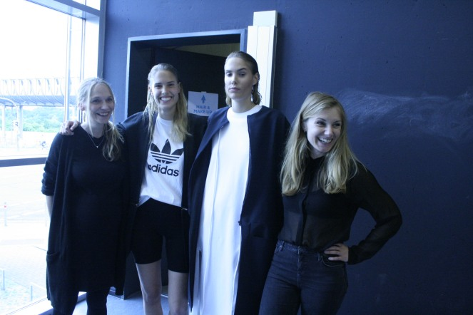Heike_Cimato_Sina_Laura_Gerke_Backstage_mit_Lisa_Rammelkamp_und_Model