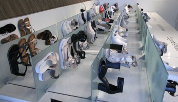 Viele Glitzer-Details bei Bugatti Shoes.