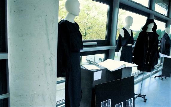Blick in die parallele Ausstellung von studentischen Slow-Fashion-Kollektionen.