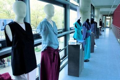 Blick in die parallel Ausstellung von studentischen Slow-Fashion-Kollektionen.