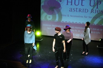 Hut Up mit Kreationen von Astrid Ries.