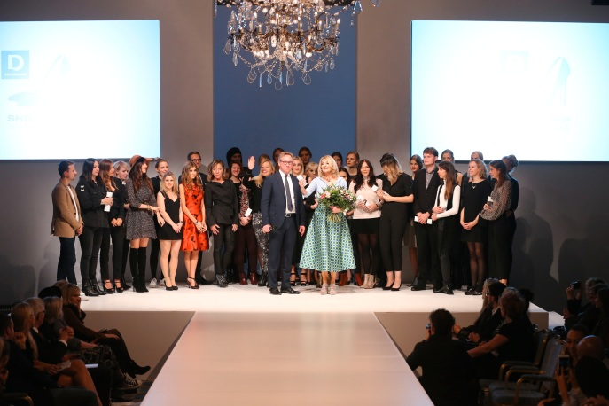 Großes Finale: Alle Preisträger kommen noch einmal auf die Bühne zu Frauke Ludowig und Horst Deichmann.