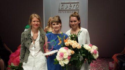 Award-Gewinnerin Ina Budde inmitten der Finalistinnen Rike Henties (rechts) und Stefanie Mayer.