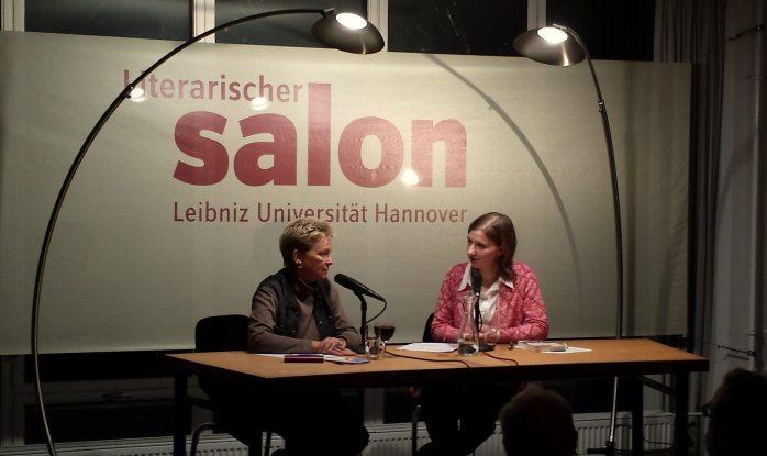 Gisela Burckhardt mit Moderatorin Dörte Pohlabeln beim Literarischen Salon.