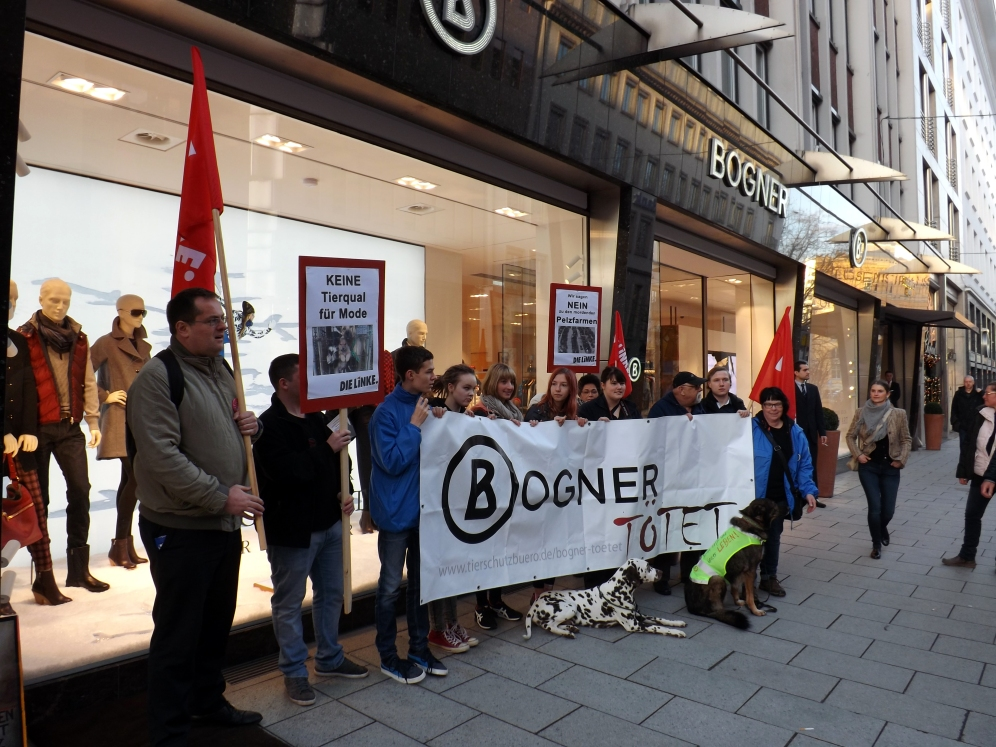 Demonstranten des Tierschutzbüros mit Vertretern der Partei Die Linke vor der Bogner-Filiale in der Luisenstraße.