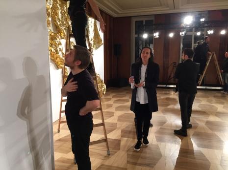 Der Designer und sein Team richten den Defilee-Saal ein.