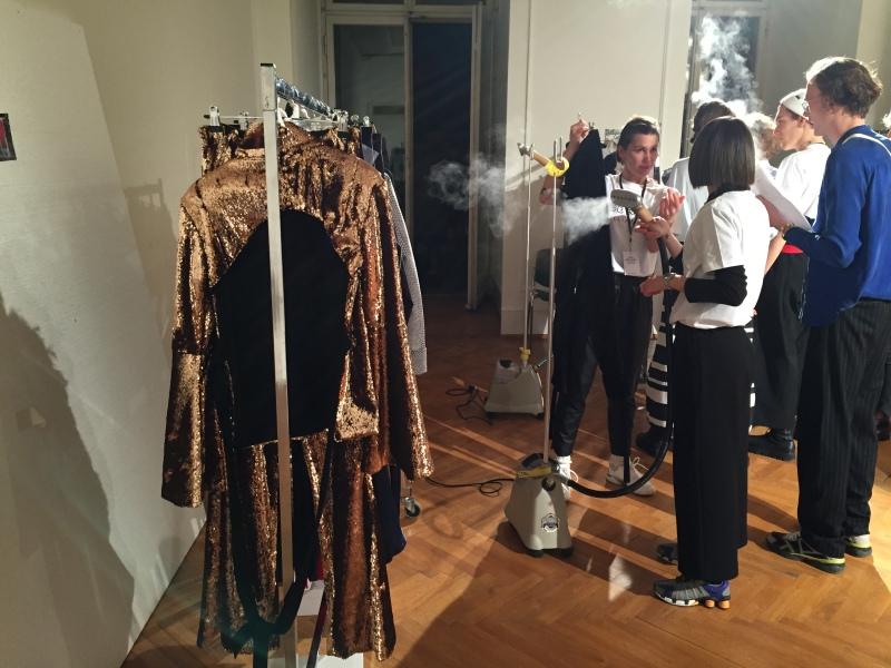 Zwischen Kung Fu und dem goldenen Glanz der Samstagnacht: William Fan zeigt beim Berliner Salon im Kronprinzenpalais