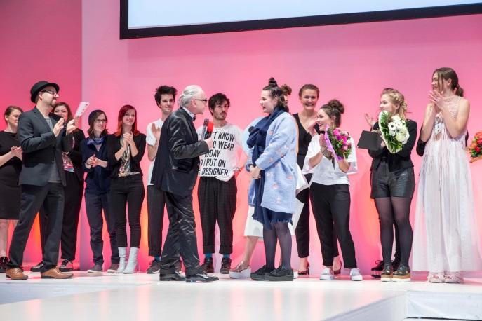 René Lang übergibt Lisa van Wersch den 1. Preis der Talent Awards.