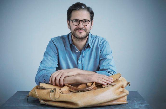 Geliebtes Objekt: Philipp Bree mit der Tasche, die sein Vater ihm vor 26 Jahren schenkte.