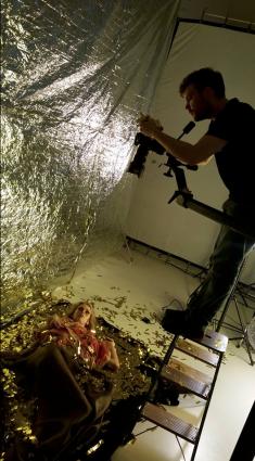 Christian Pries auf der Leiter mit Model Marie-Sophie am goldenen Boden.