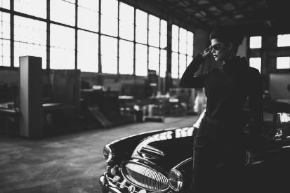 """Maik Wöll schießt mit Micaela Schäfer Abendmode zwischen Oldtimern und Fabrikhallenflair – fürs Hairstyling war Pierre """"HairRock"""" Heinemannverantwortlich"""