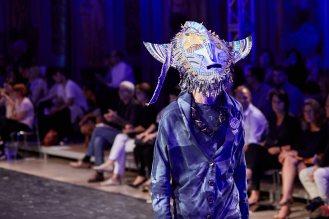 Maskenspiel gab es auch bei Balagans Denim Couture.