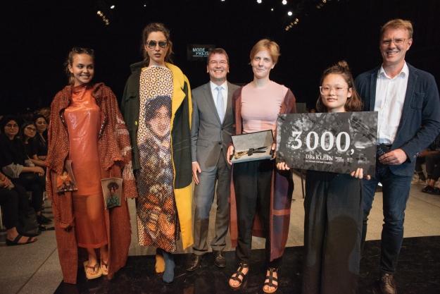 Yangchuan Weng (rechts) und Gesa Schröder (3.v.r.) nahmen den Modepreis 2016 sowie die Goldene Schere von Hochschulpräsident Josef von Helden und Rainer Wilke von Dr. Klein Baufinanzierung entgegen.