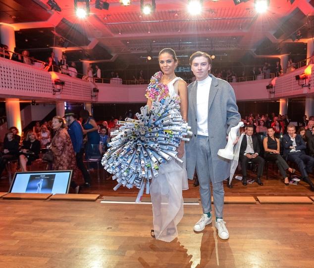 Outstanding Talent: Alexander Tverdovski mit dem Model. das sein Papierkleid beim FSA präsentierte.