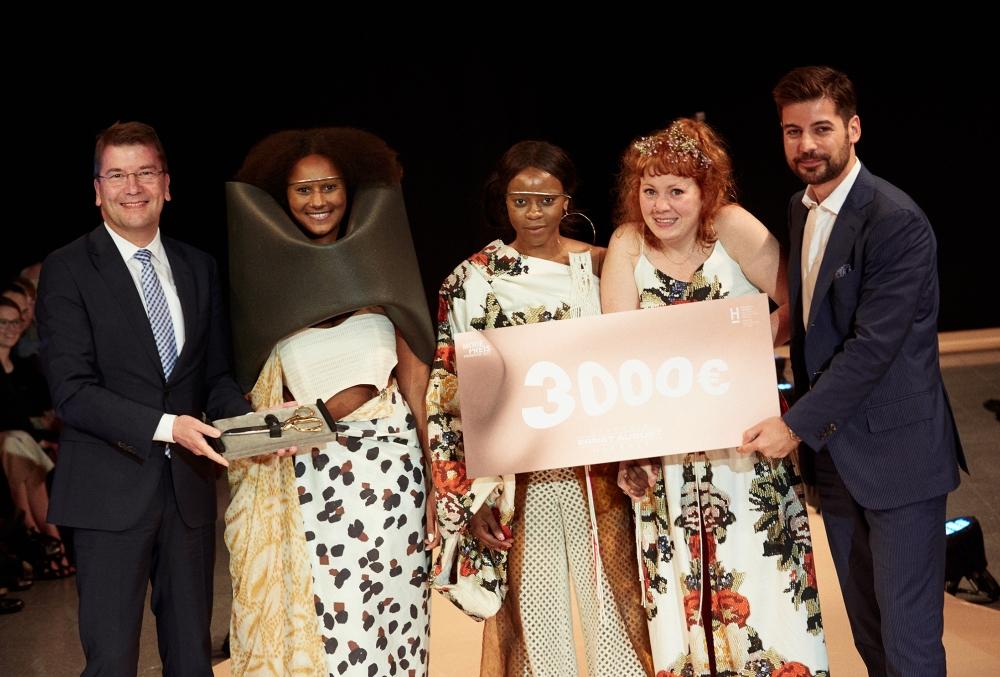 Gewinnerin des Modepreises Hannover 2017: Franziska Müller (2.v.r.) mit zwei ihrer Models und Hochschulpräsident von Helden (links) und EAG-Manager Ersan Yükyapan.